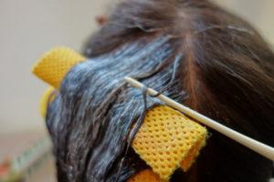 縮毛矯正とは髪に負担がかかります。薬剤の浸透をチェックする軟化チェックは髪の毛がゴムのように伸びてしまうほど強力
