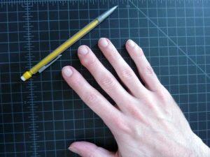 シャンプーすると頭皮が固くなるのはペンだこと同じ